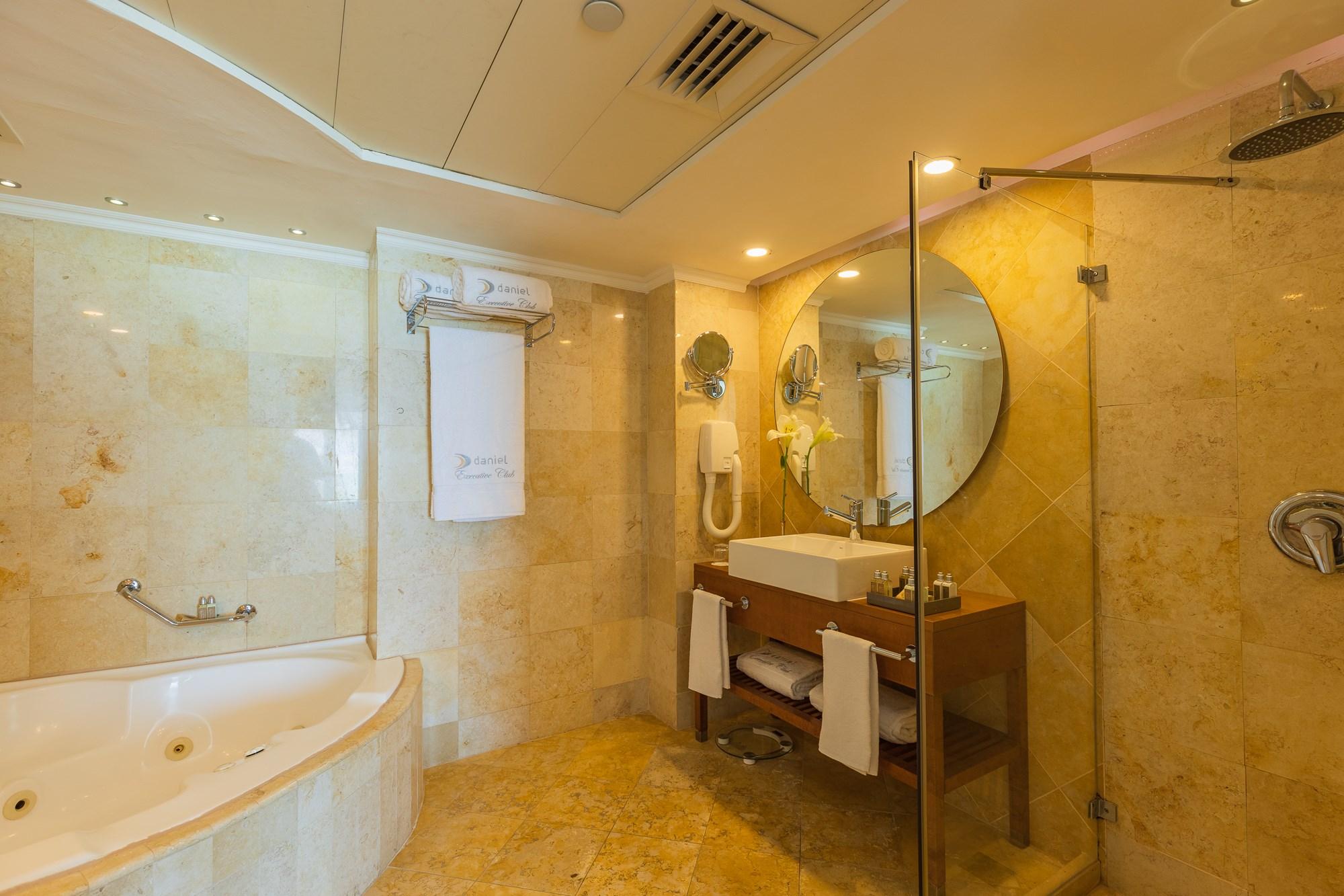 חדר אמבטיה בחדר דניאל ים המלח
