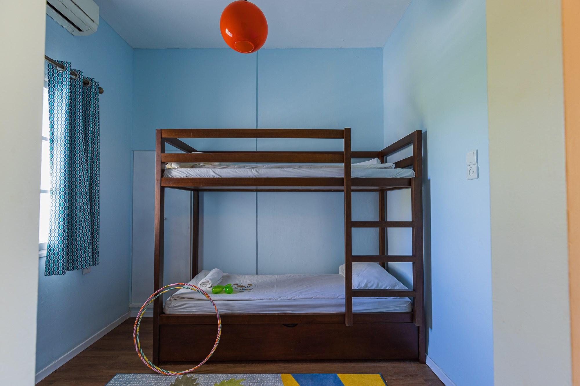 מיטת קומותיים בדירה