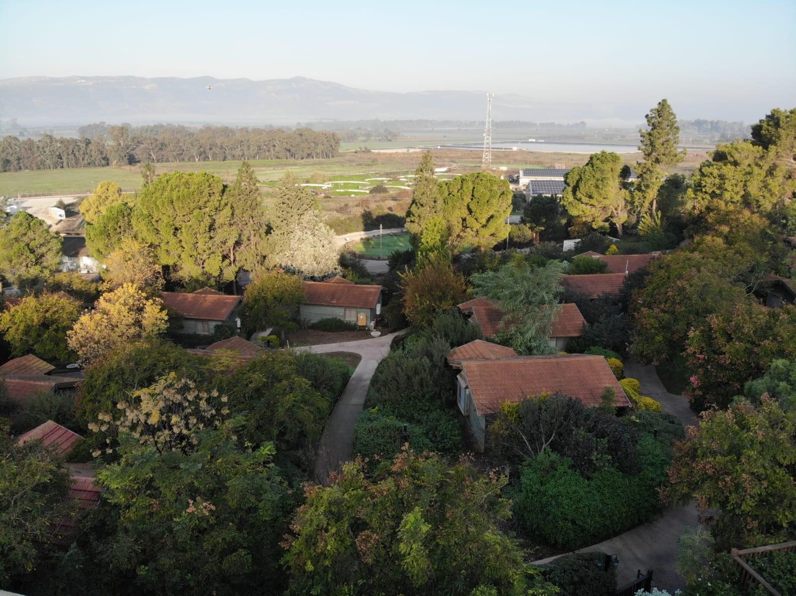 בקתות כפר הנופש ממבט על