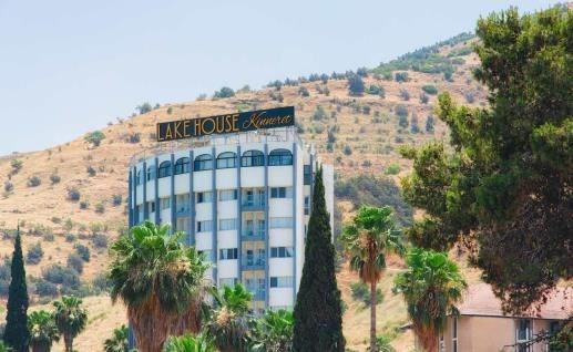 מחוץ למלון לייקהאוס כנרת